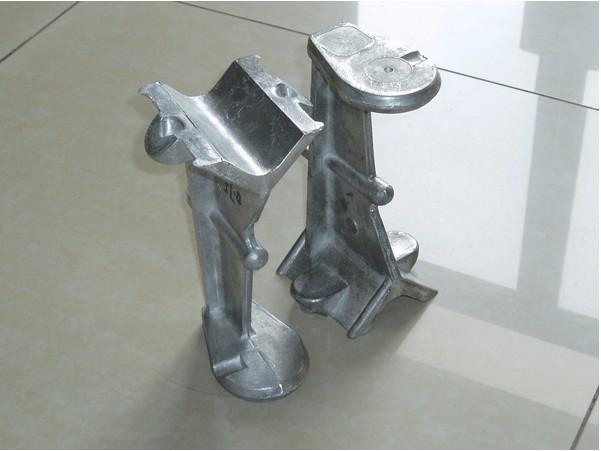 全面替代重力铸造、低压铸造工艺的厚大、厚薄不一铝镁合金产品铸锻技术 1、传统的重力铸造、低压铸造,目前在有色金属铸造中最常见,铸造出来的液体金属充型比较平稳,锻件成形性好,有利于形成轮廓清晰、表面光洁的铸件,但是对厚大的铸件却没办法达到如此效果。 2、我司拥有成熟的连铸连锻发明专利技术,有世界领先的连铸连锻成套设备,能生产结构最复杂的铸锻产品,弥补了重力铸造、低压铸造的缺陷。 3、我们的装备生产出来的铸锻产品,对厚大、厚薄不一结构复杂的铸造件依旧能够做到表面光洁、无氧化夹渣,可用X光透视检查,轮廓清晰、机
